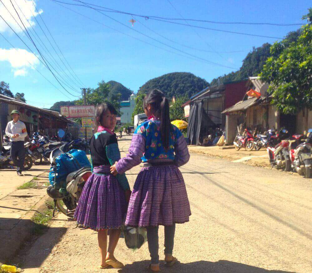 mai chau market girls outside