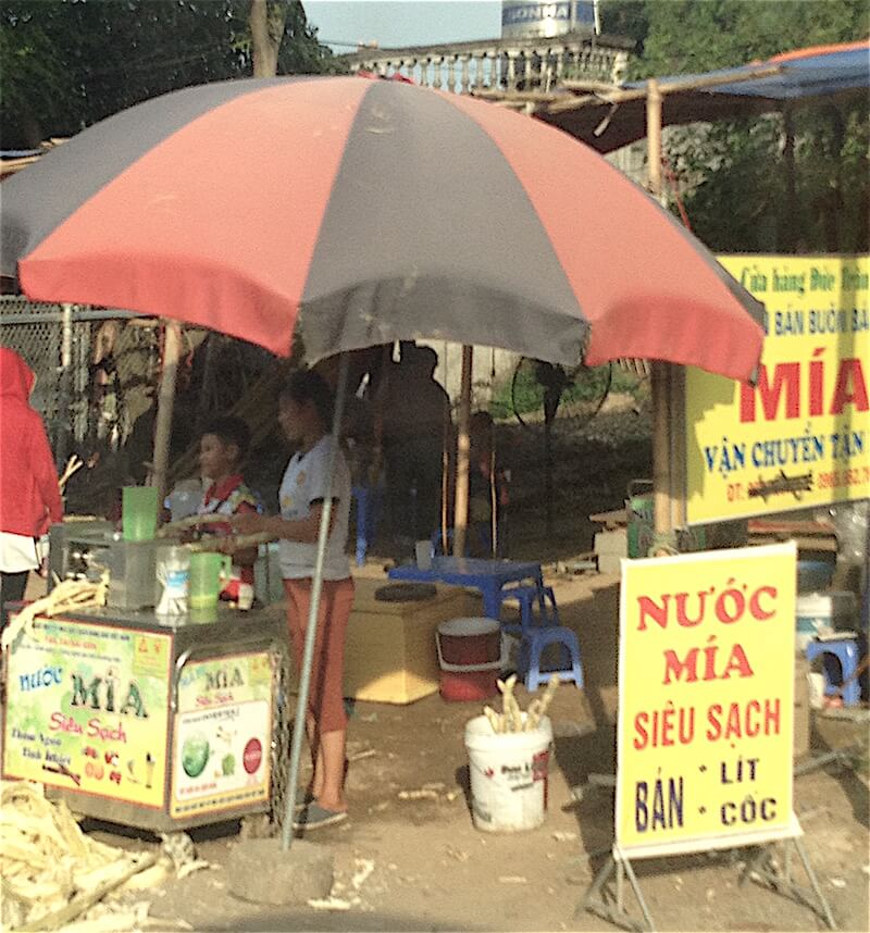 mai chau vendors stand with umbrella